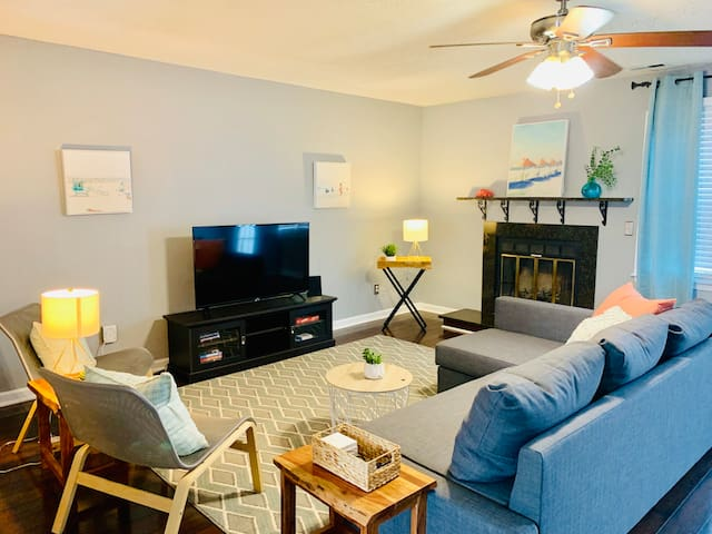 *Beach-chic home-sleeps 6-short drive to Beach!*