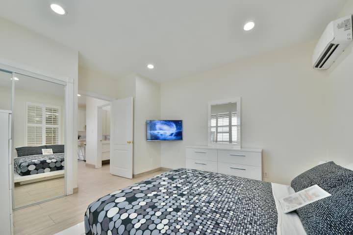 Stylish Modern Home, AC, Parking & Near FWYs