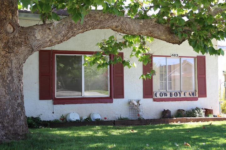 Cowboy Camp Home 3 BR, Vintage Decor - Blanding