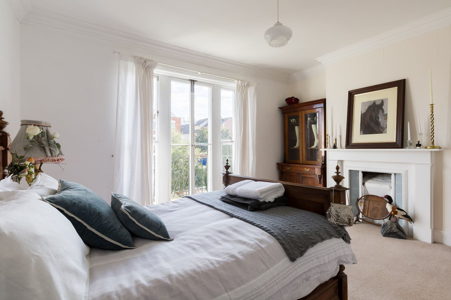 This beutifull double room is on the middle floor. It has its ownbalcony overlooking Kingsholm road.