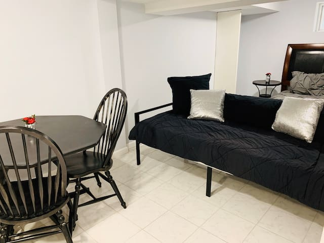 Studio 35 min NYC,parkg,kitch,tv,neflix,wifi for4