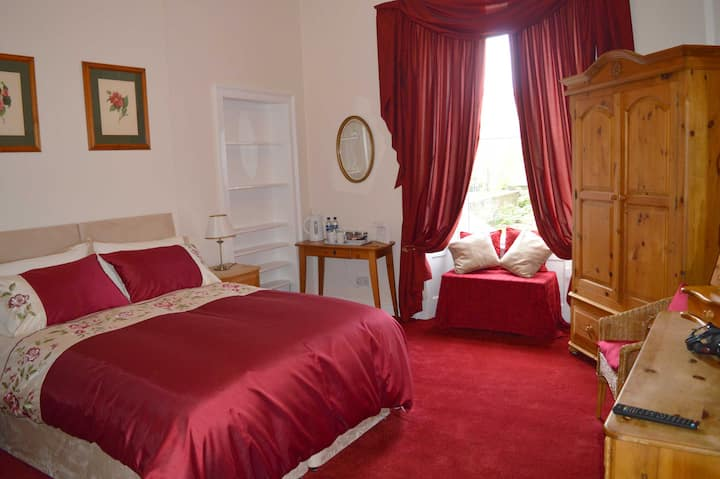 Lovely central double bedroom with full en suite