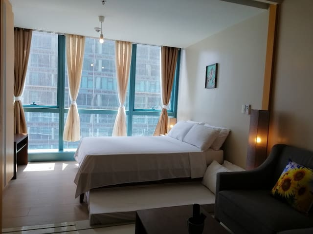 20th flr #20D1, 1BR BGC, 6pax, Pool, WiFi, Netflix
