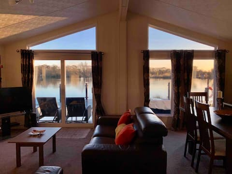 Luxurious Lodge with Hot Tub on Lake at Chichester