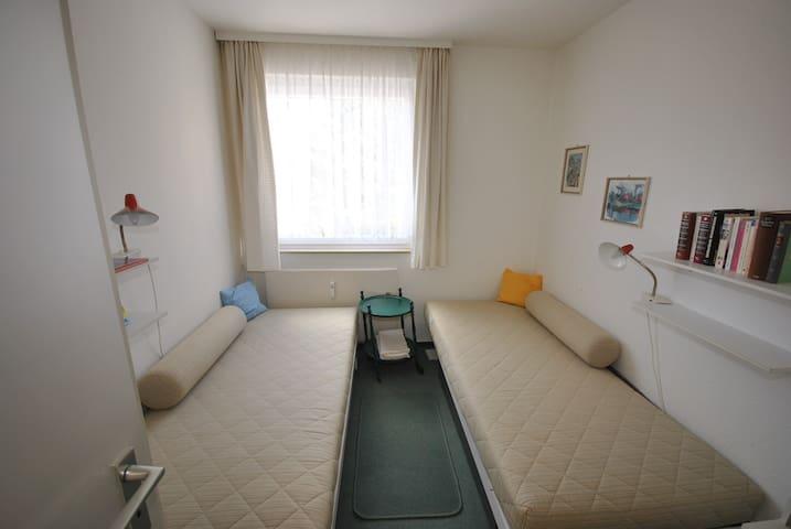 værelse med 2 enkeltsenge