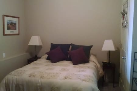 Queen bed, shared bath, kitchenette, lge common rm - Hillsboro - Hus