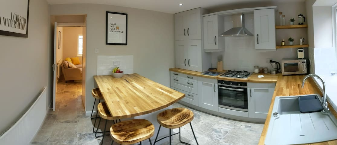 Coach House on Westfield (2 bed) - Great location!
