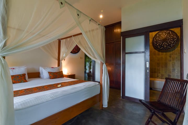Bedroom 1: poolview, sea view, garden view. Kingsize bed, ensuite indoor bathroom: shower, toilet, sink, shampoo& soap. Towel change on demand. Laundry & ironing service included. Fresh 100% cotton bed linnen every 3 days.