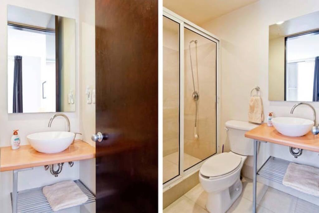 Spacious bathroom / Amplio baño.