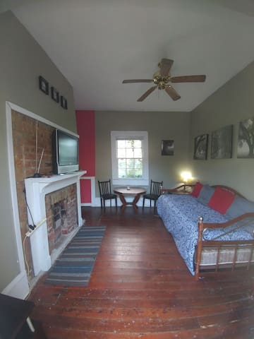 Spacious 1 Bedroom Apt Only 0.4 mile to Bourbon St