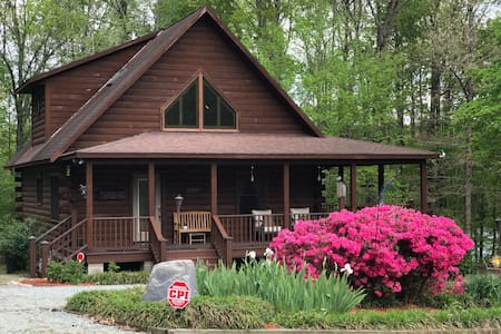Majestic Lakefront Log Cabin in the NC High Plains