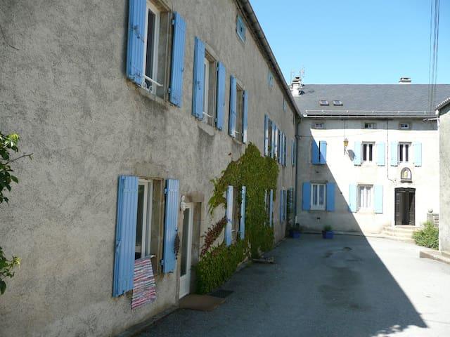 l'étape des Menhirs, ancien couvent de 1783 - Murat-sur-Vèbre - Flat