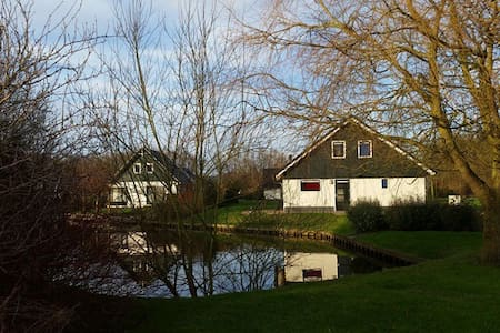 Nice holidayhome at the waterfront. - Gasselternijveen - Cabin