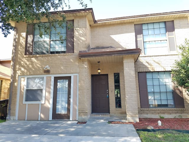 LACKLAND/SEA WORLD 12 MINUTES ROOMY HOUSE