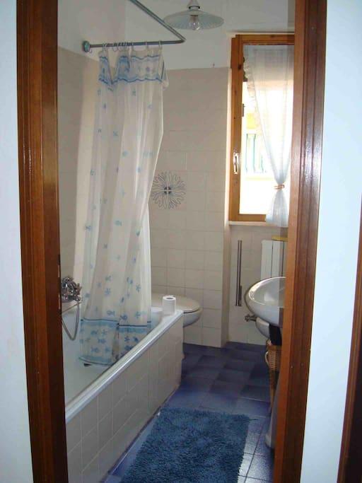 primo bagno con vasca/doccia