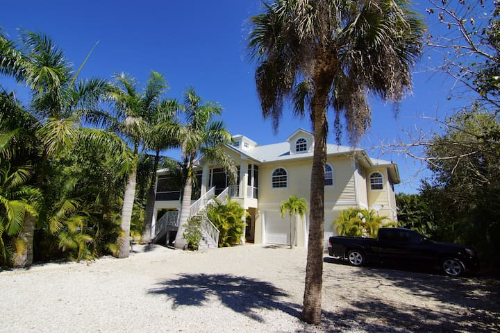 Beach Nest ! Close to Sanibel Outlets and Beaches