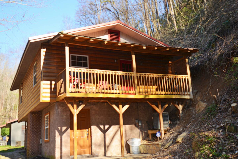 Come stay at Creekside getaway 2 bedroom 1 and half baths sleeping 6