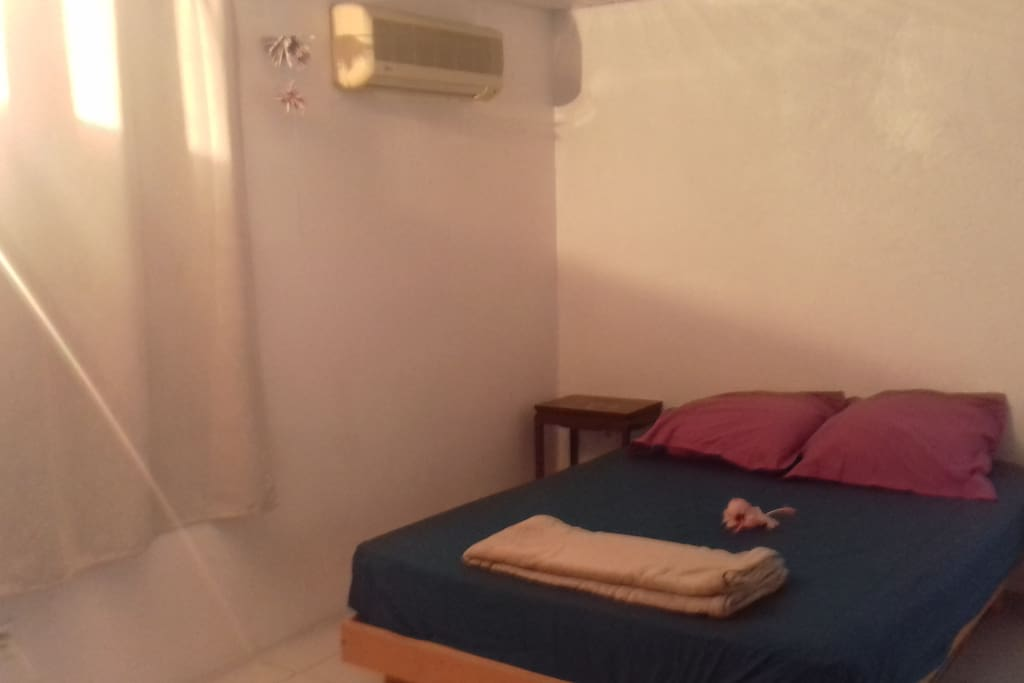 1 chambre avec 1 lit 2 places, 1 placard, 1 commode, 2 chevets, linge de maison fournis.