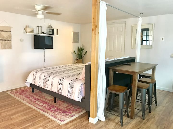 Private Studio w/parking in central Flagstaff