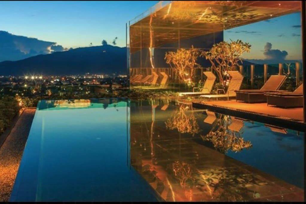 夕阳下的无边际泳池,一切都安静了。