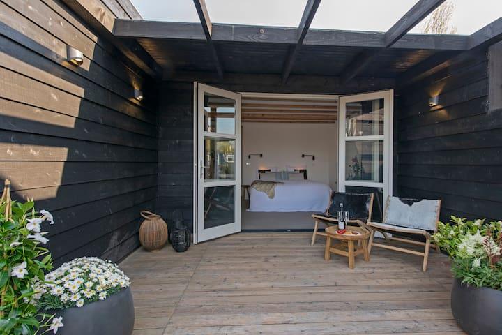 Gloednieuwe studio met veranda op toplocatie