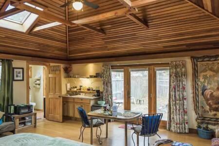 Hideaway Cottage in Mountains w/fast WiFi/yard