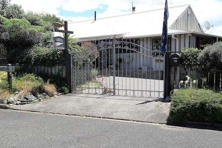 Absolute Riverside B & B -  Right beside the river - Turangi - Дом
