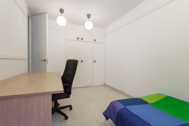 Single room with private bathroom. - Sant Just Desvern - Apartment