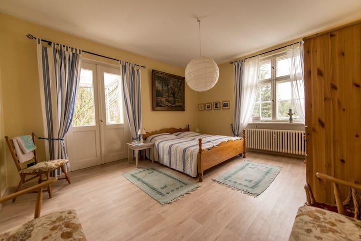 Zimmer mit Balkon, Garten und Pool