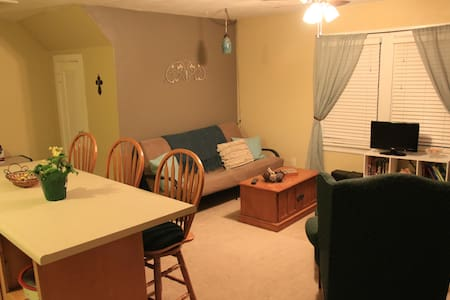 Private studio above garage near Lambert Airport - Overland - Apartment