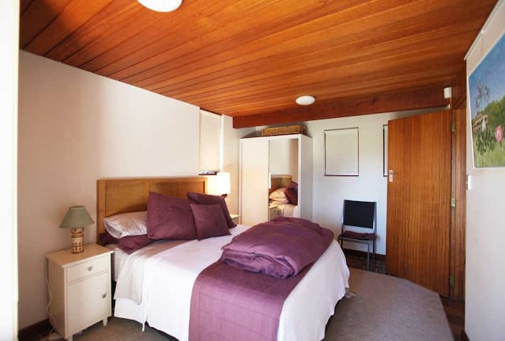 Spacious bedroom. Queen bed, 2 wardrobes.