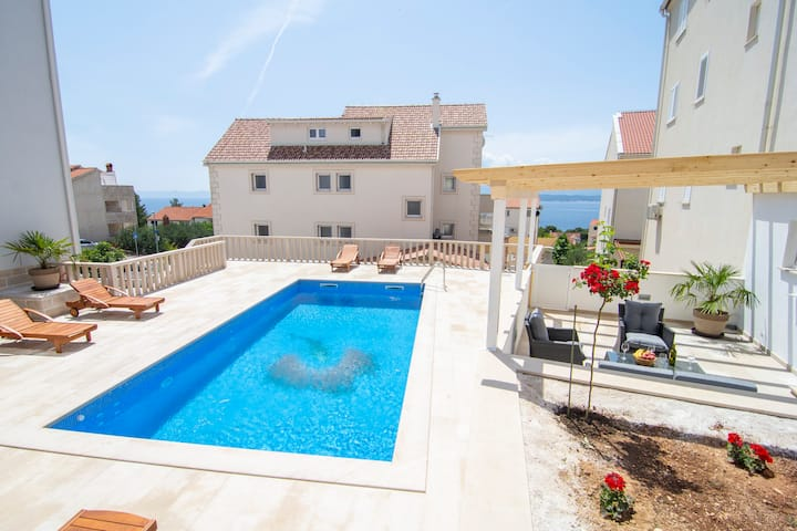 S12 - 2BR apartment with sea and pool view
