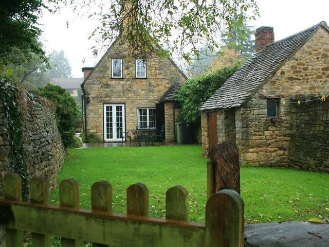 CAMPDEN COTTAGE, with a garden in Chipping Campden, Ref 988657