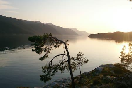 Ropeid Fjordferie hytte ved sjøen