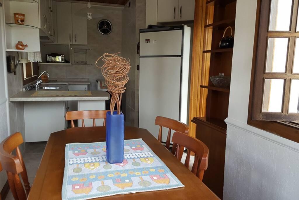 Área de jantar anexada a cozinha