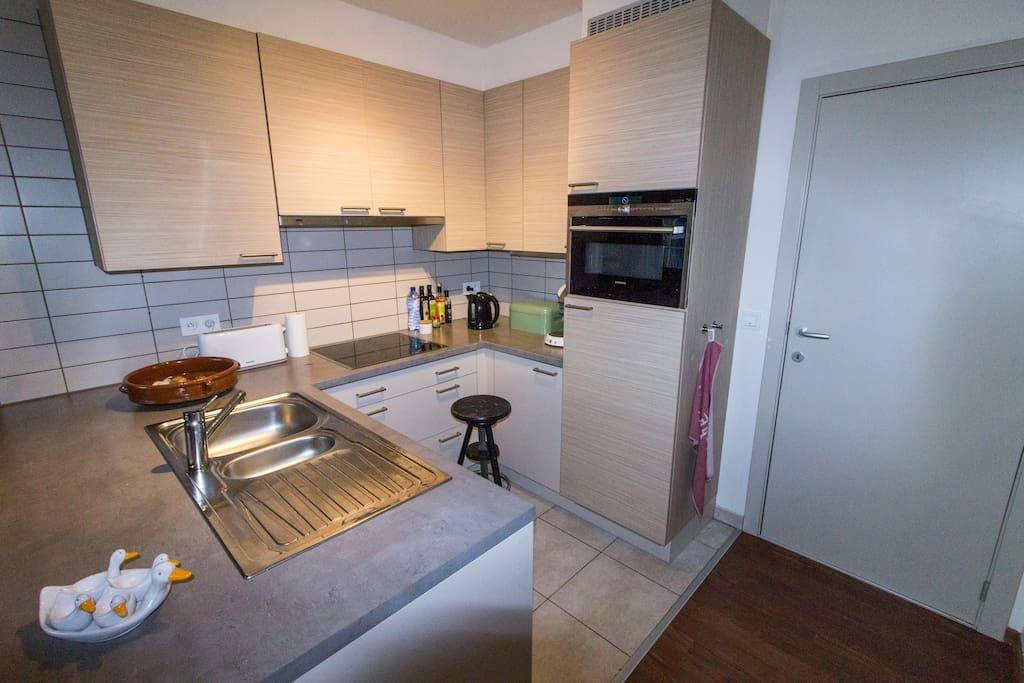 De spiksplinternieuwe keuken heeft alle benodigdheden/ the brand new kitchen contains all necessary appliances