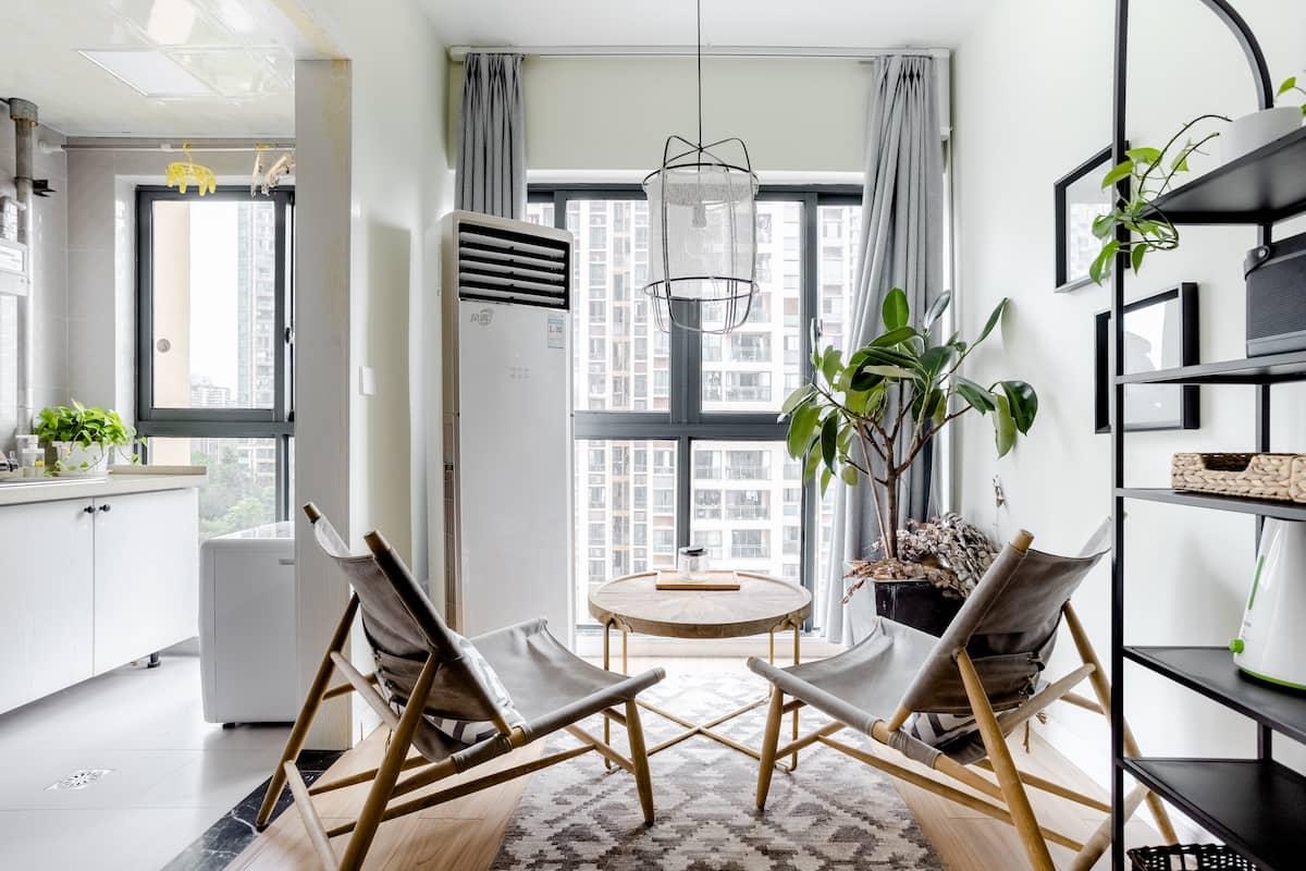 下榻带落地窗的灰白色系单间房,在闹中取静的环境中享受惬意的生活