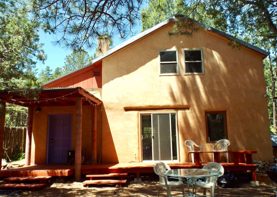 This sweet hideaway is nestled in tall ponderosa pines on a quiet road just off the main road to Sandia Crest. Enjoy the east (green!) side of the Sandia Mountains, just 20 minutes, but a world away, from Albuquerque. Miles and miles of hiking, birdwatching, nature-loving trails are right out the front door. Private, convenient and the entire house is all yours.