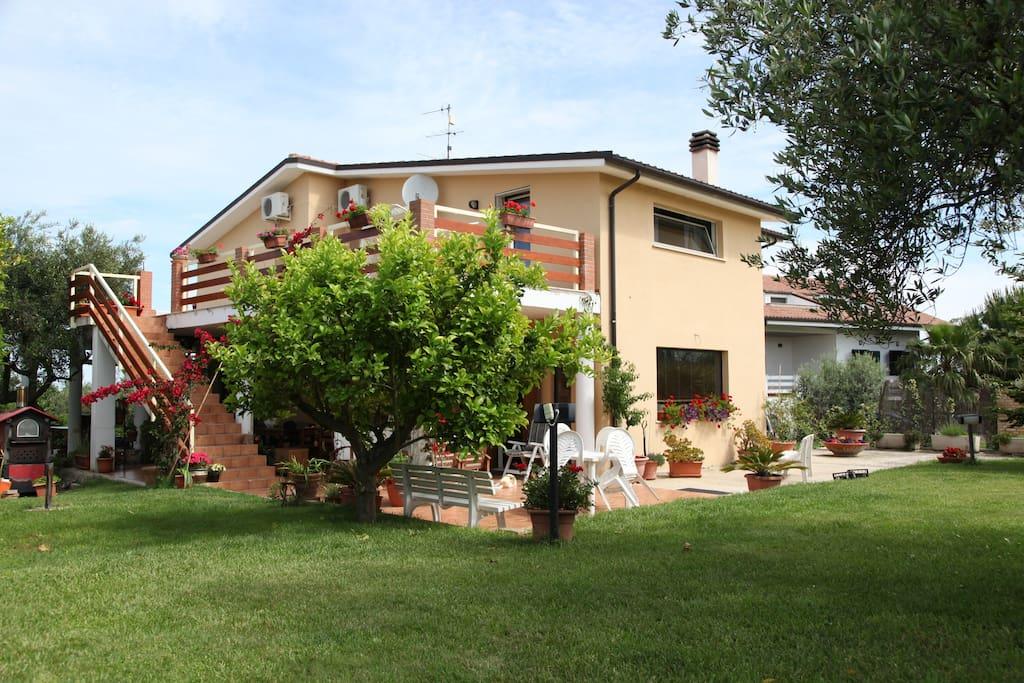 veduta della casa dal giardino