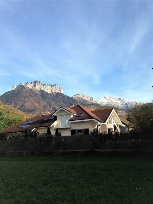 Villa contemporaine et moderne avec belle piscine, grands volumes au pieds des montagnes et du lac.