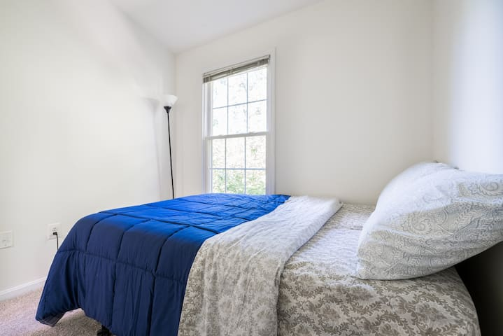 Private bed room, full size bed, walking to metro