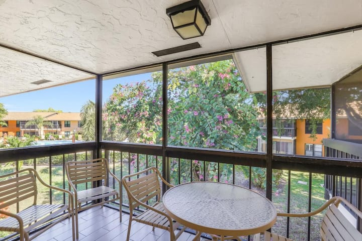 Delightful condo w/ two heated pools & short walk to beach
