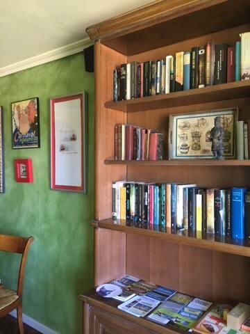 Librería de cerezo francés macizo donde encontrar libros, juegos y guías de rutas y excursiones.