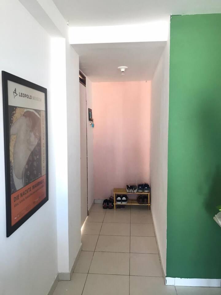 Amplo e iluminado quarto com banheiro exclusivo