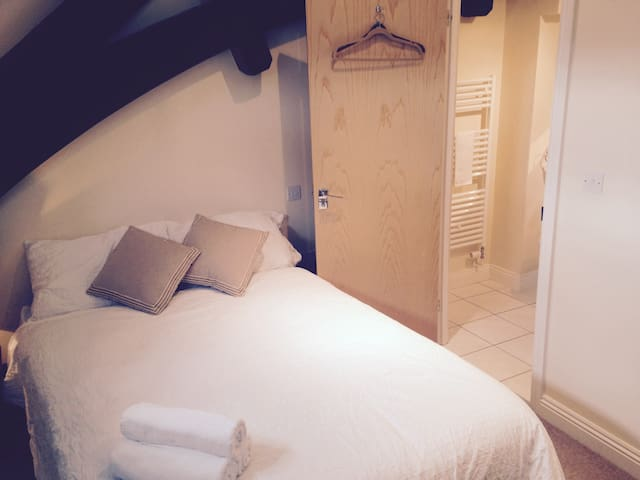 Charming & Cozy with Private Bathroom! - Bath - Pis