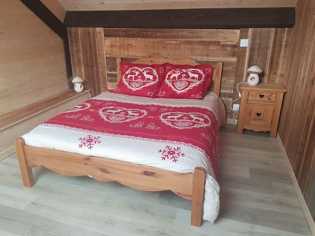 Chambre du 2ème étage avec 1 lit double et 1 lit simple