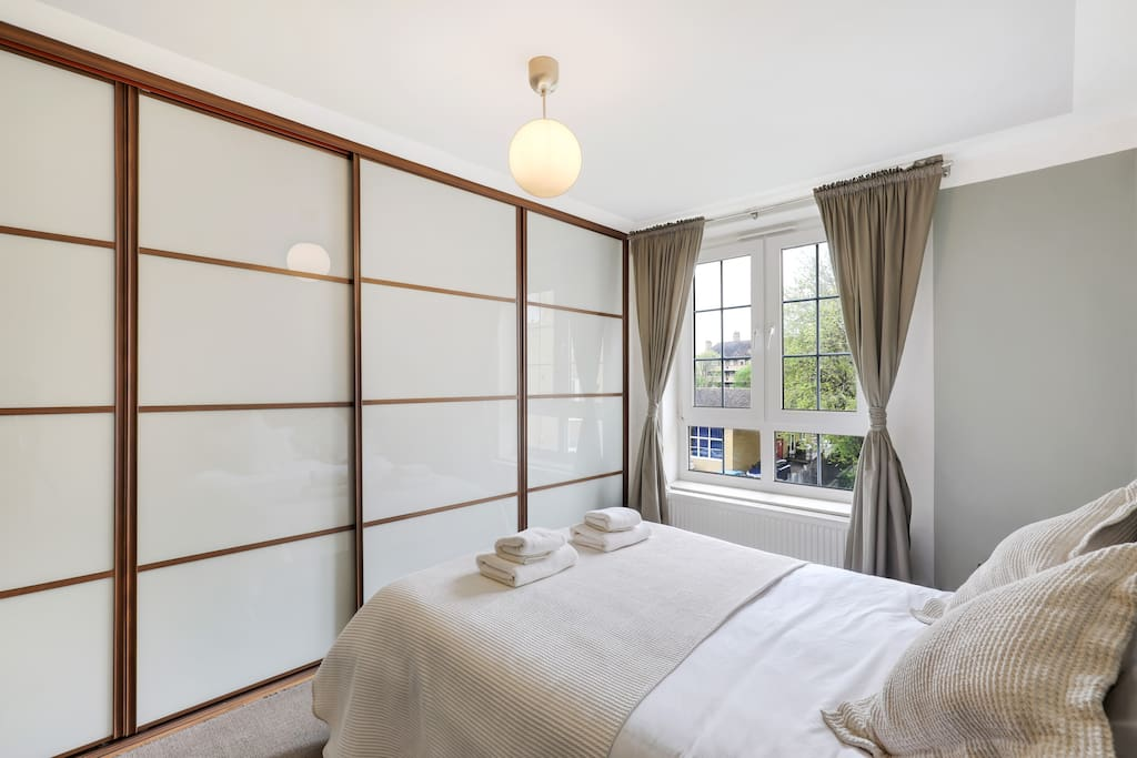 Bedroom 1 with 100% Egyptian cotton bed linen and towels.