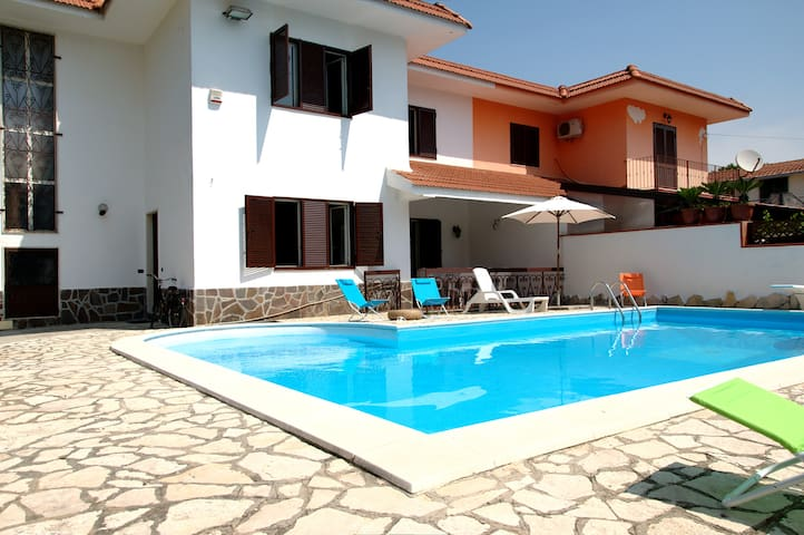 Villa con Piscina e giardino - Castel Volturno - บ้าน