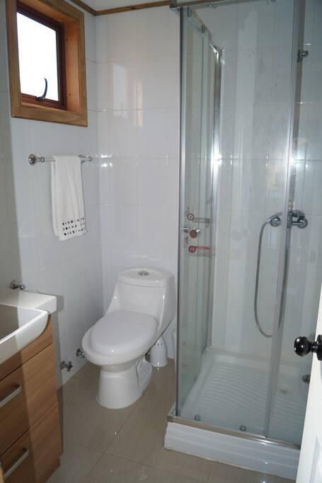 Baño con Shower Door