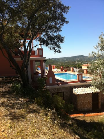 Villa and pool with lovely country & hill views - Dom